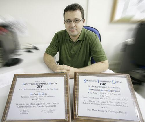 Físico da UEM recebe dupla premiação nos EUA