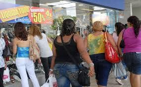 Comércio de rua funciona em horário especial neste sábado (6)