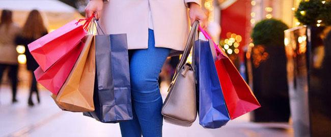Consumidores devem gastar mais neste Natal, segundo pesquisa da ACIM