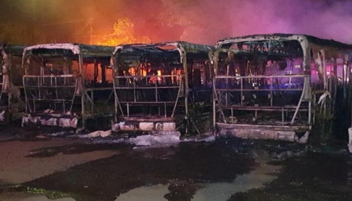 Ônibus do transporte coletivo de Maringá são incendiados na madrugada desta terça-feira (23)