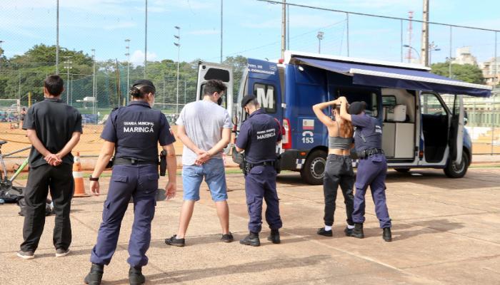 """Operação """"A Vila é Nossa"""" conscientiza pessoas e apreende drogas na Vila Olímpica"""