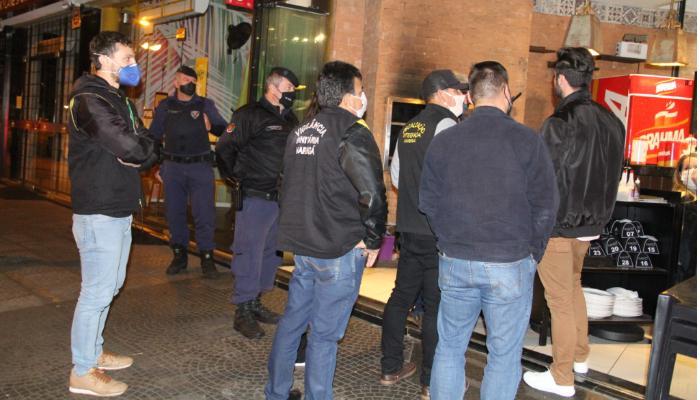 Fiscalização do primeiro dia em vigor de decreto fecha 20 estabelecimentos e multa 4 pessoas
