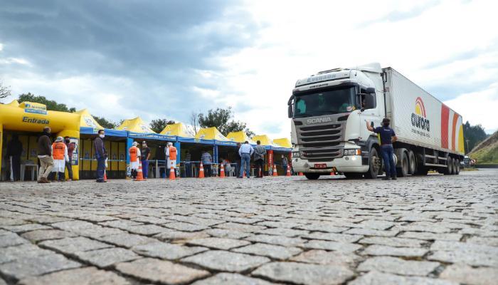 Ação em Maringá conscientiza caminhoneiros sobre prevenção ao Covid-19