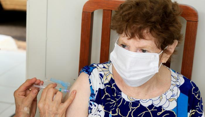 Idosos com mais de 87 anos podem ser vacinados nesta terça-feira (16)