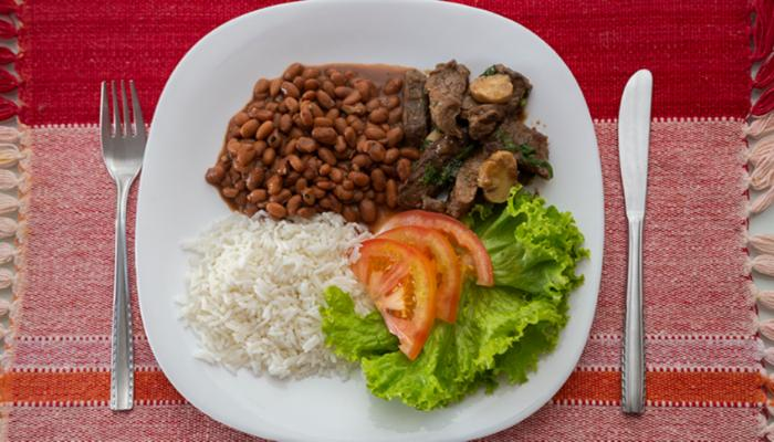 Brasileiros com menor renda consomem mais arroz e feijão e menos industrializados