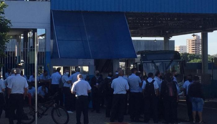 Grevistas impedem saída de ônibus em Maringá, mesmo com liminar