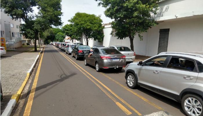 Vacinação drive thru contra Covid-19 resulta em fila de aproximadamente 3 km em Maringá
