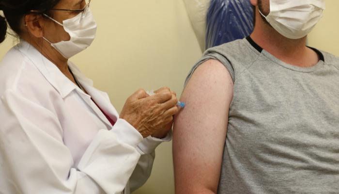 Furar fila da vacinação pode render multa de R$ 97 mil no Paraná