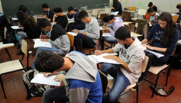 Necessidade de trabalhar e desinteresse nos estudos são principais motivos para abandono escolar