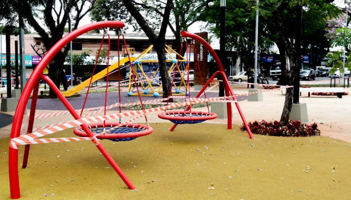 Prefeitura isola praças e espaços públicos para promover isolamento social