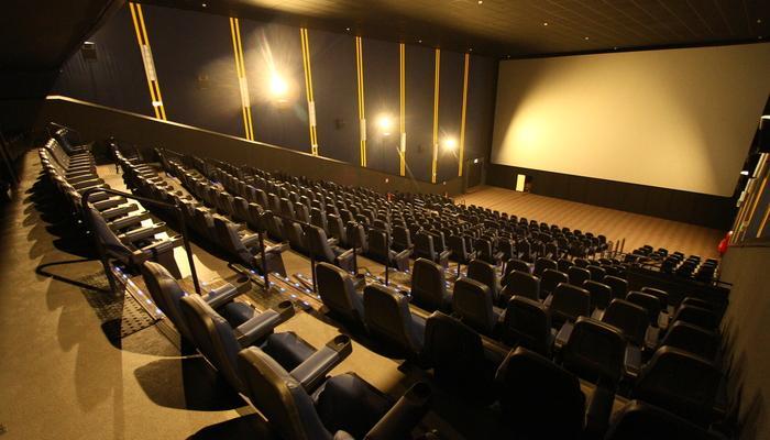 Novo decreto permite a reabertura de cinemas e atualiza horário de funcionamento do comércio