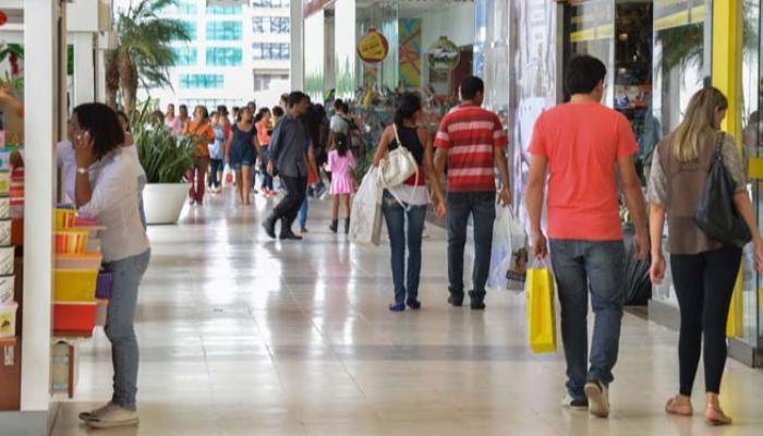 Intenção de consumo das famílias atinge o menor nível da história, indica CNC
